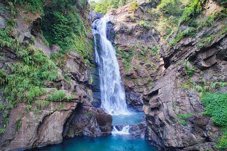 Xiao Wulai Wasserfall Luftaufnahme - Low Angle View verwenden Sie die Drohnenfotografie an einem sonnigen Tag, aufgenommen in Xiao Wulai Scenic Area, Fuxing District, Taoyuan, Taiwan.