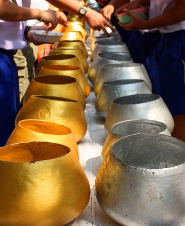 limosna: El oro y la plata monje limosnas cuencos Tailandia Foto de archivo