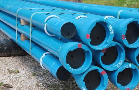 tubos de plástico azul y conexiones de PVC utilizados para líneas de suministro de agua y alcantarillado subterráneas