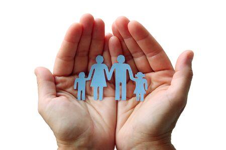 Famille de papier en mains isolé sur fond blanc concept bien-être