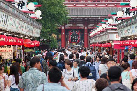 JAPAN, TOKYO - MAY 24 2016: Crowd of people in Nakamise Dori street for shopping and visiting temples, Tokyo, Asakusa, Japan 報道画像