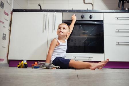 事故を防止します。ガスストーブ キッチンで遊んで無人の子。レタッチなし