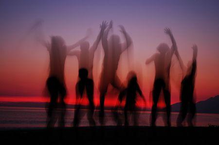 Mensen silhouetten in de zons ondergang