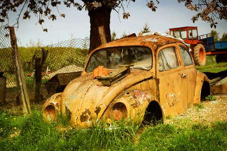 rust red: Escarabajo de Volkswagen amarillo  Foto de archivo