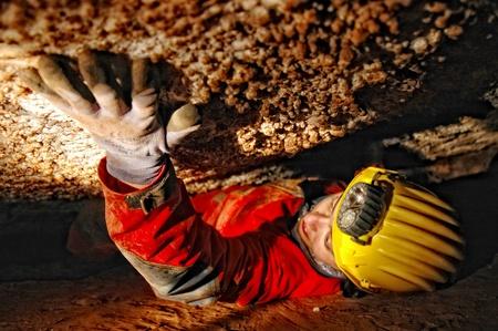 통로: 동굴 탐험가 좁은 동굴 통로