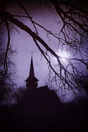Dracula's land bij zonsondergang, kerk in Transsylvanië Stockfoto