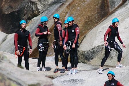 Purcaraccia CANYON, CORSICA - AUGUSTUS 28: Een extreme sports team neemt deel aan een canyoning wedstrijd op de beroemde watervallen van Purcaraccia vallei, op 28 augustus 2010 in Corsica, Frankrijk