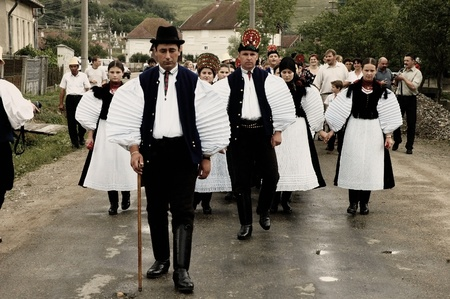 SIC, ROMANIA - CIRCA JUNE, 2004: Celebration of a traditional Hungarian wedding in traditional clothes at the Sic Village Festival Days, at June, 2004, in Sic (Szek), Romania  Stock Photo - 11951794