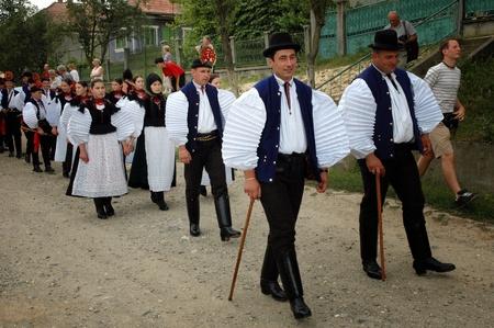 SIC, Roemenië - CIRCA juni 2004: Viering van een traditionele Hongaarse bruiloft in traditionele kleding op de Sic Village Festival Dagen, in juni 2004, in Sic (Szek), Roemenië Redactioneel