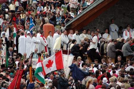 pfingsten: Sumuleu Ciuc, Rum�nien - 29. Mai: Massen der ungarischen Pilger versammeln, um das Pfingstfest und die katholische Wallfahrt Tradition feiern, 29. Mai 2004 in Sumuleu Ciuc (Csiksomlyo), Rum�nien Editorial
