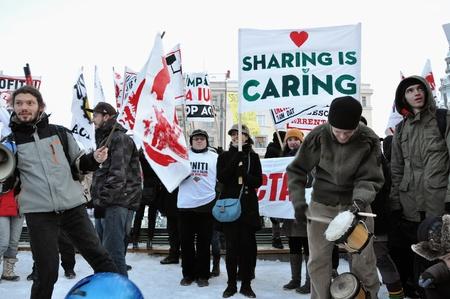 verdrag: CLUJ NAPOCA 11 februari: Honderden mensen protest tegen ACTA, tegen web piraterij verdrag, en de regering in Cluj Napoca, op 11 februari 2012 in Cluj Napoca, Roemeni Redactioneel