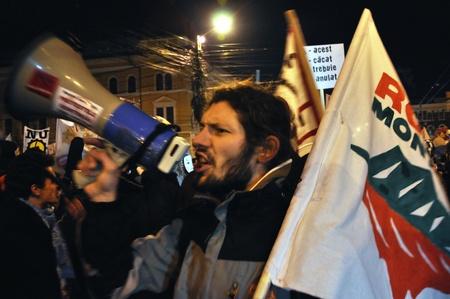 verdrag: Cluj Napoca 11 februari: Honderden mensen protesteren tegen ACTA, tegen web piraterij verdrag, en de regering in Cluj Napoca, op 11 februari 2012 in Cluj Napoca, Roemenië Redactioneel