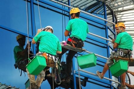 Cluj Napoca 03 mei: Unidentified werknemers het wassen van de ramen gevel van een nieuwbouw bank voor de officiële opening op 03 mei 2011 in Cluj Napoca, Roemenië Redactioneel