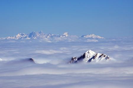 Peaks above clouds, winter in the Austrian Alps Foto de archivo