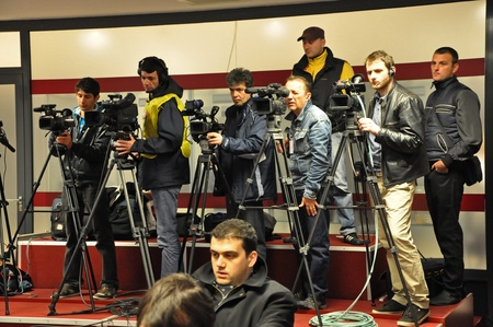CLUJ NAPOCA, ROMANIA – MARCH 26: Operators and photographers at the CFR Cluj - Otelul Galati aftermatch press conference, on March 26, 2012 in Cluj, Romania  Éditoriale