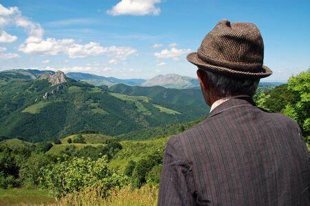 Oude boer in de wei in de lente Stockfoto
