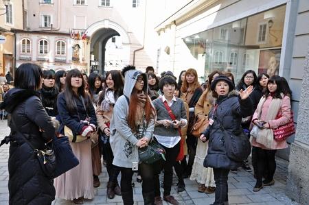SALZBURG - 13 marca: grupa japońskich turystów odwiedza dom, w którym urodził się w Salzburgu, gdzie WA Mozart urodził. W dniu 13 marca 2012 w Salzburg, Austria