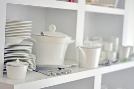Półmisek porcelana, naczynia i sztućce w jasnej kuchni Zdjęcie Seryjne