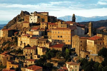 Speloncato dorp op een rotsachtige hoogte in Corsica, in de late namiddag licht