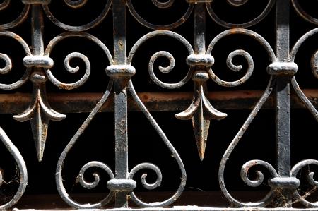 rejas de hierro: Rejilla decorativa de hierro forjado, aislado en negro