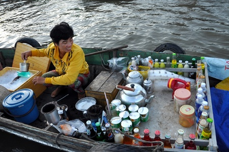 can tho: Vietnamese woman selling goods in the Cai Rang floating market, Mekong Delta, Vietnam