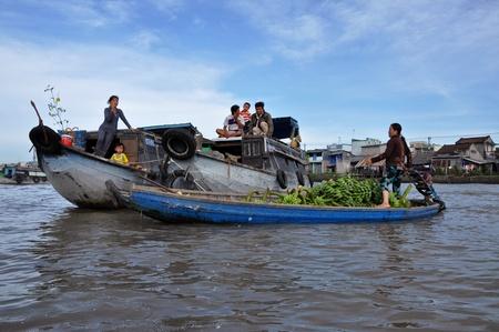 cai rang: Vietnamese merchants selling their goods in Cai Rang floating market, Mekong Delta, Vietnam