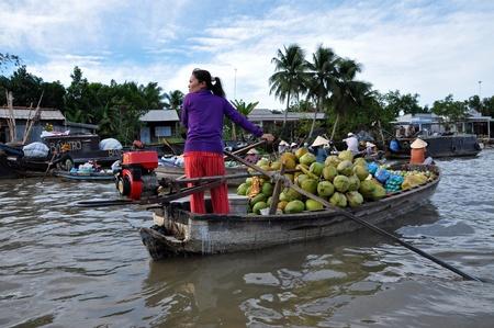 rang: Vietnamese merchants selling their goods in Cai Rang floating market, Mekong Delta, Vietnam