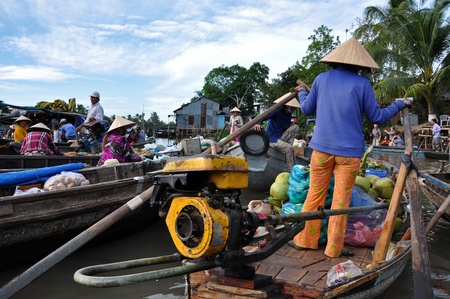 can tho: CAN THO - FEB 17: Unidentified fruit sellers at the Floating Market. With hundreds of boats, Cai Rang is the biggest floating market in the Mekong Delta. On Feb. 17, 2013, in Can Tho, Vietnam  Editorial