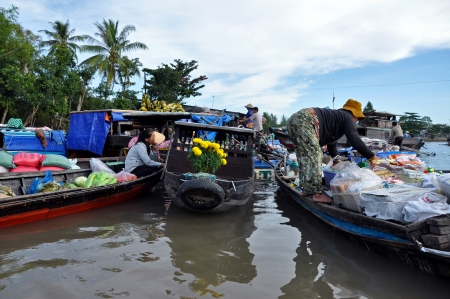 Fruit and vegetable sellers at Can Tho floating market, Mekong Delta, Vietnam Stock Photo - 18832967