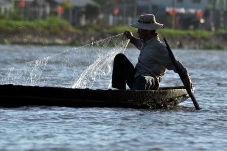 can tho: Cai Rang, Vietnam - February 17, 2013 - Vietnamese fisherman fishing in Can Tho, Mekong Delta, Vietnam