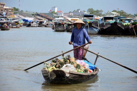 can tho: CAN THO - FEB 17: Unidentified seller at the Floating Market. With hundreds of boats, Cai Rang is one of the biggest floating markets in the world. On Feb. 17, 2013, in Can Tho, Mekong Delta, Vietnam