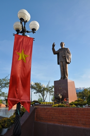 can tho: CAN THO - FEB 17: Statue of Vietnams revered leader Ho Chi Minh (also called Uncle Ho) in the main square of Can Tho city, Mekong delta. On February 17, 2013, in Can Tho Vietnam  Editorial