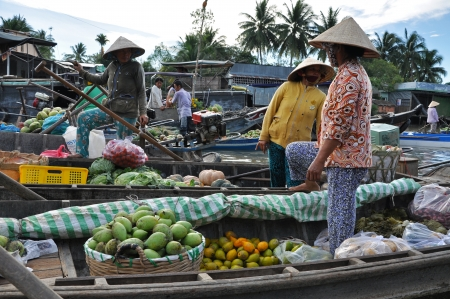 can tho: CAI RANG - FEB 17  Unidentified fruit sellers at the Floating Market  With thousands of vessels, Cai Rang is the biggest floating market in the Mekong Delta  On Feb  17, 2013, in Can Tho, Vietnam  Editorial