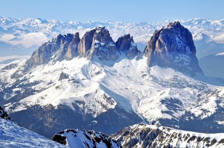 Winter uitzicht op besneeuwde bergen in de Dolomieten