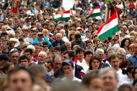 pfingsten: SUMULEU CIUC, Rum�nien - 29. Mai Massen der ungarischen Pilger versammeln, um das Pfingstfest und die katholische Wallfahrtstradition, 29. Mai 2004 in der Sumuleu Csiksomlyo Ciuc, Rum�nien feiern Editorial