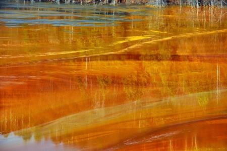 contaminacion del agua: Cobre mina de contaminación del agua en Geamana, cerca de Rosia Montana, Rumania Foto de archivo