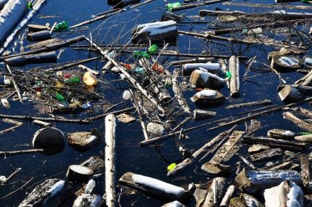 weerzinwekkend: Verontreiniging van water in een meer met afval