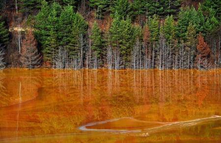 water contamination: Cobre mina de contaminaci�n del agua en Geamana, cerca de Rosia Montana, Rumania Foto de archivo