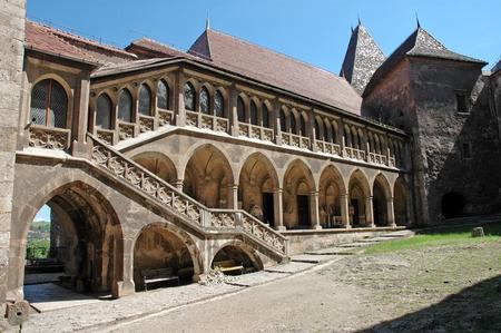 The inner courtyard of the Corvin castle in Transylvania, Romania 新聞圖片
