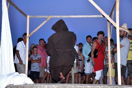 levitacion: KRK, Croacia - el 01 de agosto desconocido artista que realiza truco de levitaci�n en la parte delantera de los turistas curiosos El 1 de agosto de 2012, en Krk, Croacia