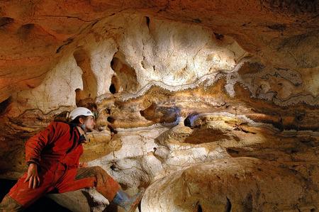 Geologische formaties in een grot met een grot explorer