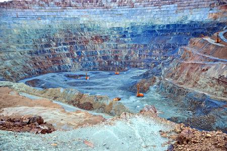 Opgraving terrassen in open pit goudmijn in Rosia Montana, Roemenië Stockfoto