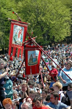 pfingsten: SUMULEU CIUC, Rum�nien - 29. Mai Scharen von Pilgern Szekler, die Pfingsten und die katholische Wallfahrtstradition, 29. Mai 2004 in der Sumuleu Csiksomlyo Ciuc, Rum�nien feiern