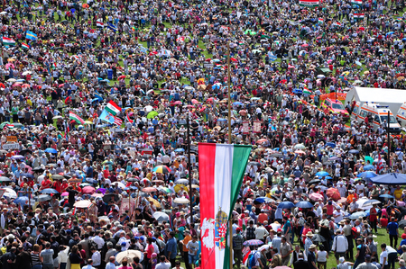 pfingsten: Csiksomlyo, Rum�nien - 7. JUNI Massen der ungarischen Pilger versammeln, um das Pfingstfest und die katholische Wallfahrt am 7. Juni 2014 Sumuleu Csiksomlyo Ciuc, Rum�nien feiern Editorial