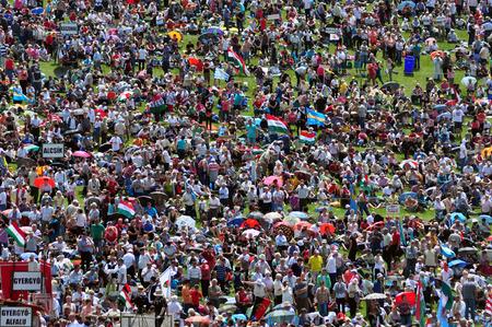 pfingsten: Csiksomlyo, Rum�nien - 7. Juni: Massen von ungarischen Pilger versammeln, um den Pfingst und die katholische Wallfahrt am 7. Juni 2014 in Sumuleu Ciuc (Csiksomlyo) feiern, Rum�nien