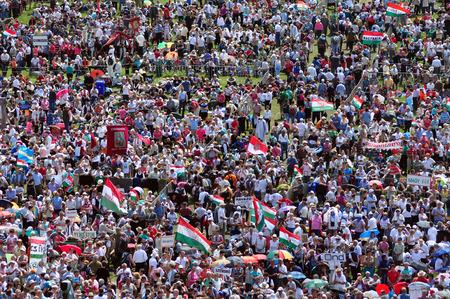 recolectar: Csiksomlyo, Rumania - 07 de junio: Una multitud de peregrinos h�ngaros se re�nen para celebrar el Pentecost�s y la peregrinaci�n cat�lica el 7 de junio de 2014 en Sumuleu Ciuc (Csiksomlyo), Rumania Editorial