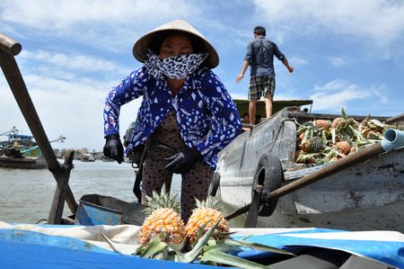 can tho: CAN THO - FEB 17: Unidentified fruit sellers at the Floating Market. With hundreds of boats, Cai Rang is the biggest floating market in the Mekong Delta. On Feb. 17, 2013, in Can Tho, Vietnam