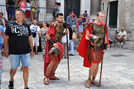 soldati romani: Spalato, Croazia - 26 agosto: uomini vestiti come soldati romani per i turisti nel centro storico di Spalato, in Croazia. Diviso Editoriali