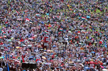 autonomia: Cs�ksomly�, Rumania - 07 de junio: Una multitud de peregrinos h�ngaros se re�nen para celebrar el d�a de Pentecost�s y la peregrinaci�n cat�lica el 7 de junio de 2014 en Sumuleu Ciuc (Csiksomlyo), Rumania
