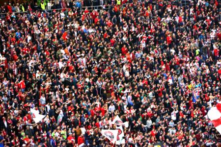menschenmenge: Unscharfe Masse der Leute in einem Stadion
